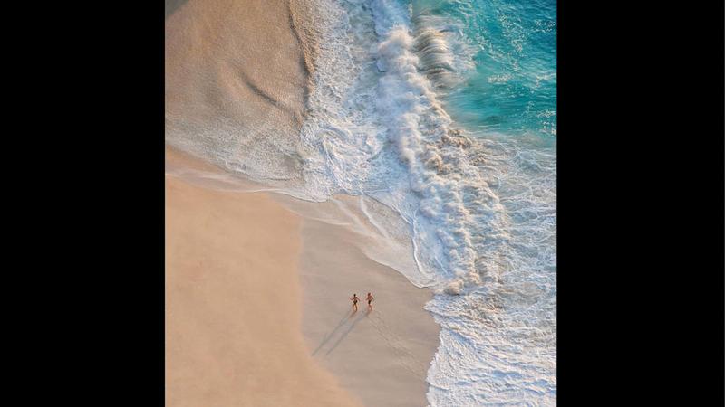 عبدالمجيب التقط صورته في شاطئ بجزيرة «بالي».  من المصدر
