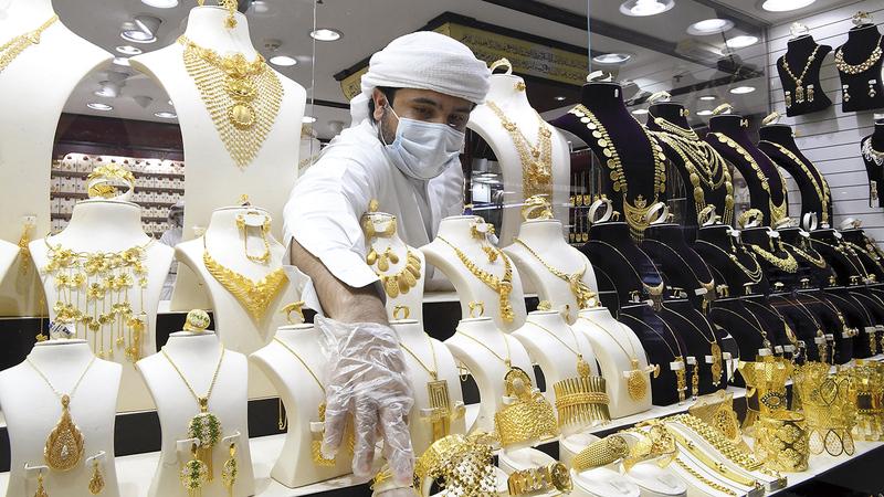 سعر غرام الذهب من عيار 24 قيراطاً بلغ 234 درهماً. ■ تصوير: إريك أرازاس