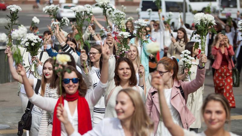 نساء بيلاروسيا يحملن الزهور احتجاجاً على فوز لوكاشينكو بانتخابات الرئاسة. من المصدر