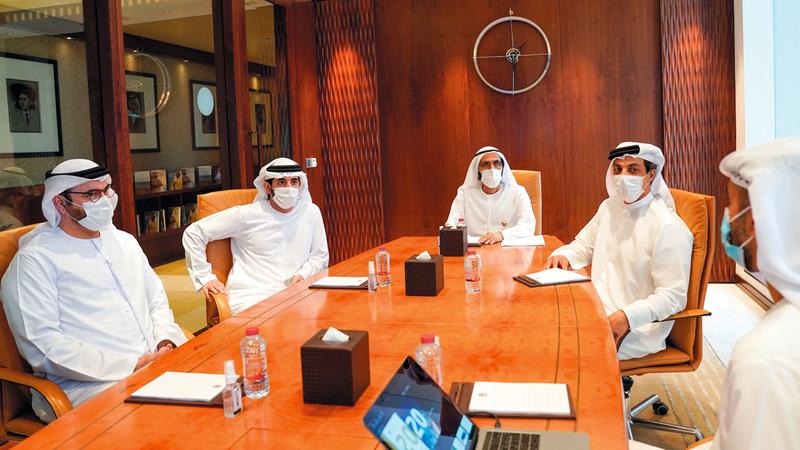 محمد بن راشد لدى اطلاعه على خطط العمل المستقبلية لحكومة دولة الإمارات. وام