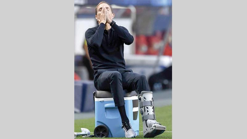 مدرب باريس سان جرمان توماس توخل يقود فريقه وهو مصاب في القدم.  إي.بي.إيه