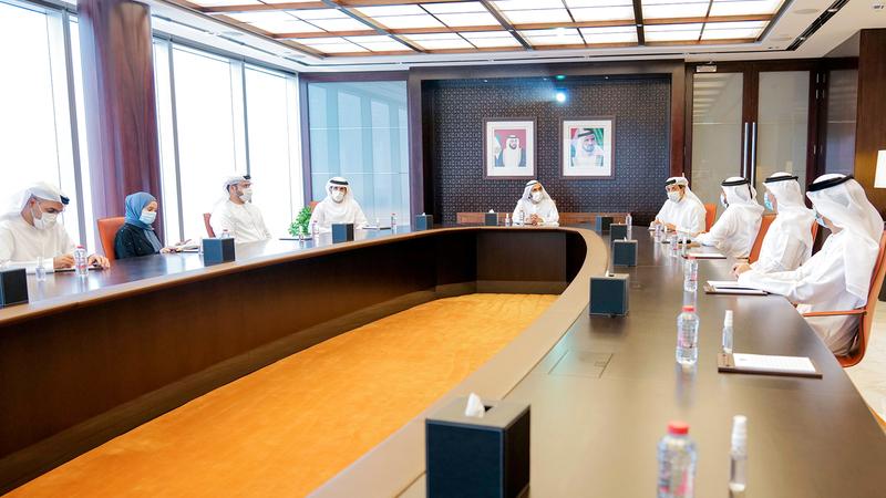 محمد بن راشد خلال الاجتماع مع فريق المنظومة الاقتصادية بحضور حمدان بن محمد ومنصور بن زايد.  وام