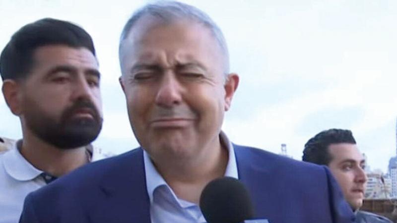 محافظ بيروت بكى وهو يتحدث مع الصحافة بينما كان يفتش عن رجال الإطفاء المفقودين. أرشيفية