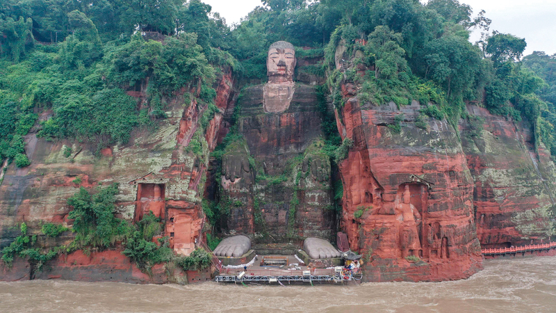 المياه تهدد تمثال «ليشان بوذا» العملاق الذي يصل ارتفاعه إلى 71 متراً.  أ.ف.ب
