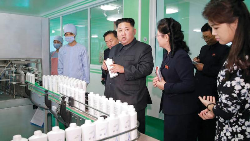 الرئيس الكوري الشمالي يزور أحد مصانع مستحضرات التجميل الوطنية. من المصدر