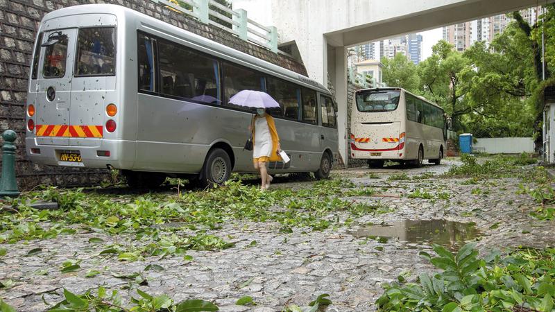 آثار العاصفة وصلت إلى مدينة مكاو. إي.بي.إيه