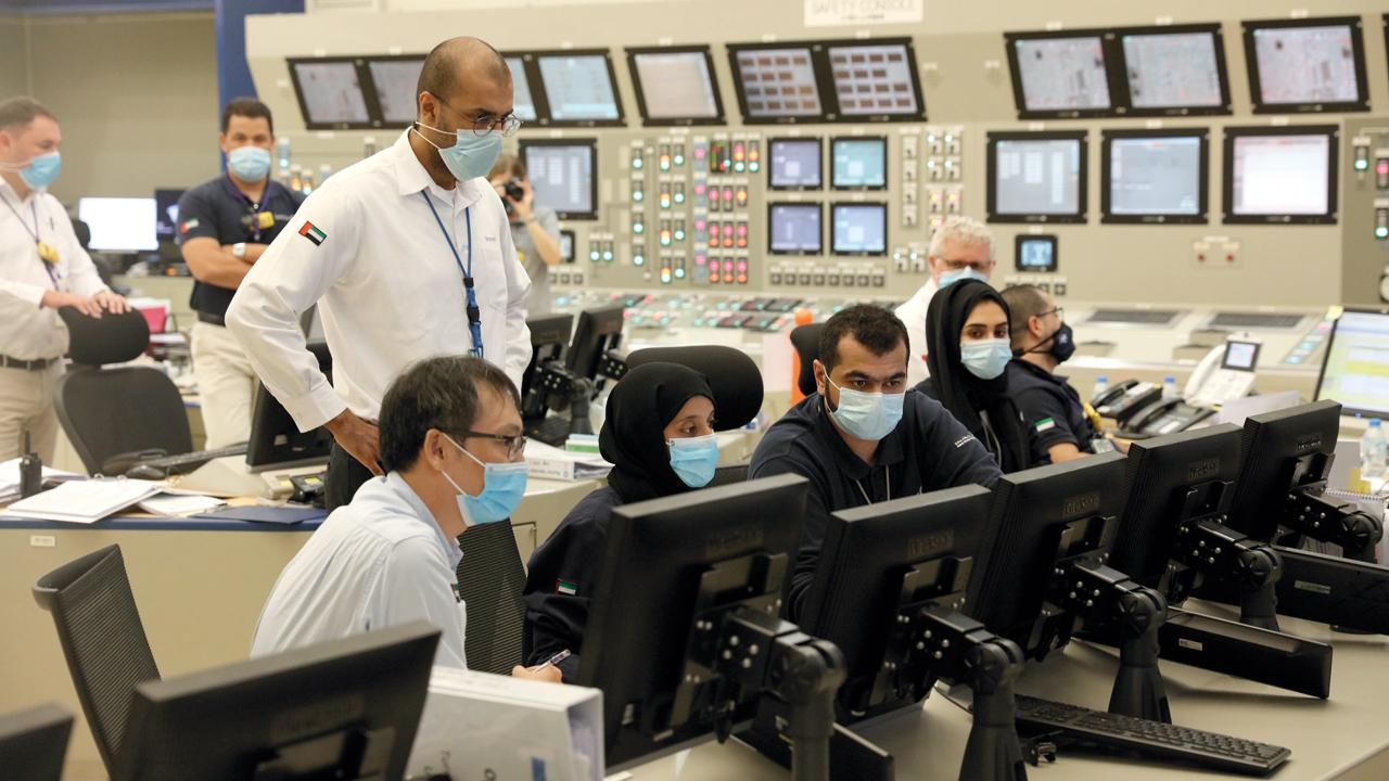 فريق تشغيل المفاعلات في «نواة للطاقة» خلال استكمال عملية الربط مع الشبكة داخل غرفة التحكم الرئيسة بالمحطة.  من المصدر