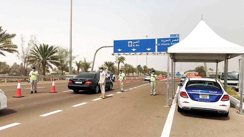 شرطة أبوظبي تسهل عملية السير في نقطة «غنتوت».  من المصدر