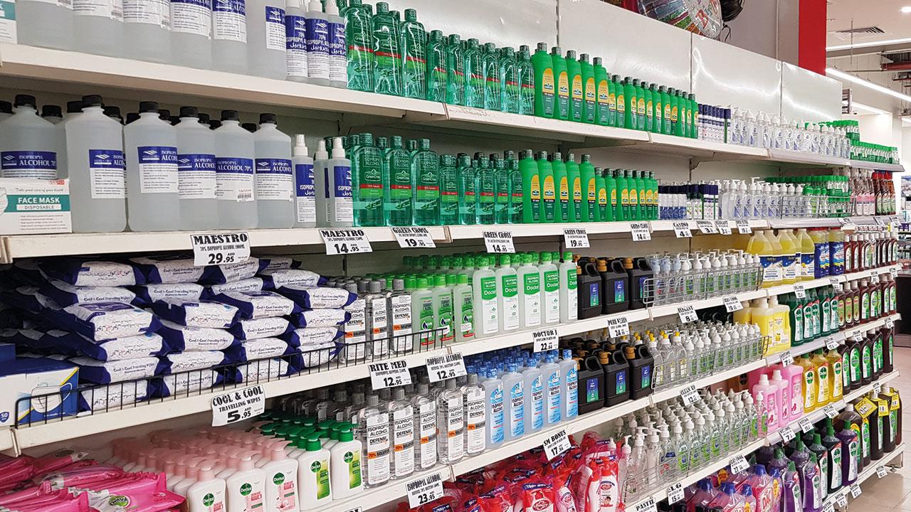 مستلزمات الوقاية من «كورونا» شهدت زيادات سعرية كبيرة خلال الأشهر الأولى من الجائحة. الإمارات اليوم