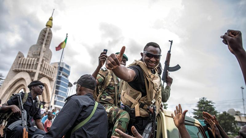 جنود مبتهجون للإطاحة بالرئيس.  إي.بي.إيه