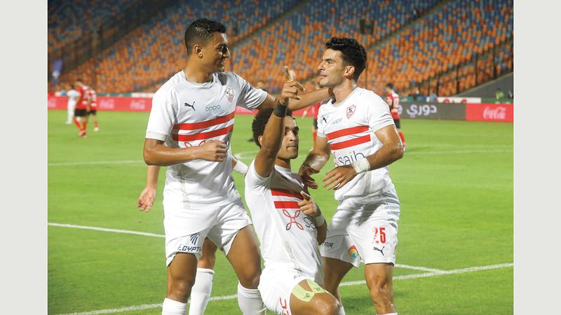 يوسف أوباما (وسط) ومصطفى محمد (يسار) يهنئان زيزو بعد تسجيله الهدف الأول للزمالك.  رويترز