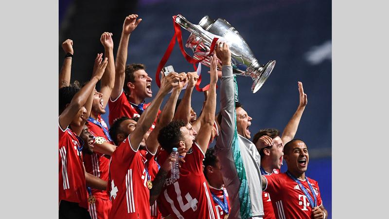 نوير يرفع كأس دوري أبطال أوروبا للمرة السادسة بتاريخ بايرن ميونيخ.  أ.ب