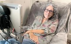 الصورة: فنانة ترسم لوحاتها بعينيها بعد أن منعها مرض نادر من استخدام يدها