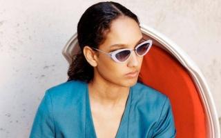 الصورة: النظارة الشمسية تطلّ بتصاميم ضخمة وعدسات ملونة