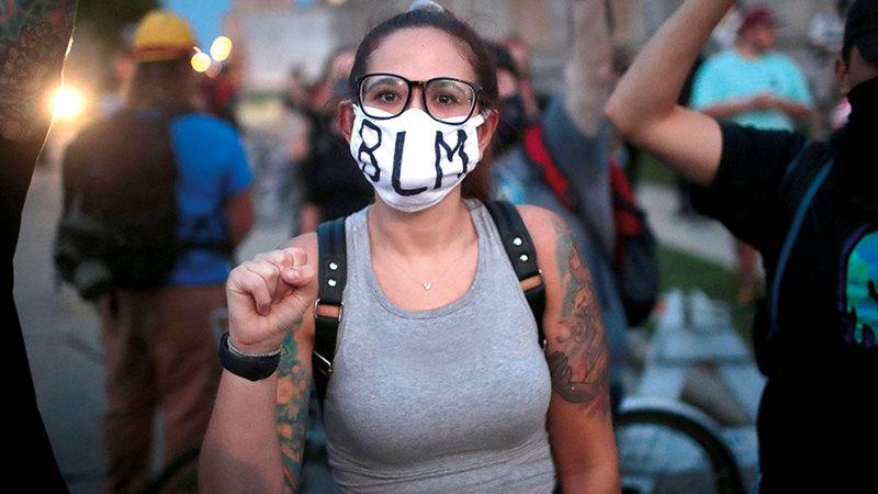 متظاهرة تعبر عن غضبها من تعامل الشرطة مع المحتجين.   أ.ف.ب