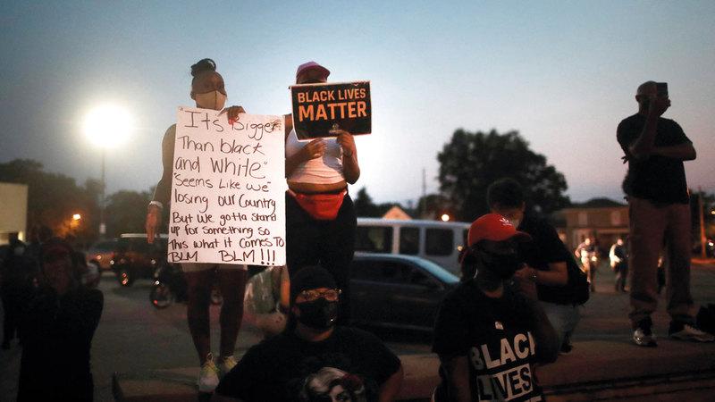 متظاهرون يحتجون أمام مبنى محكمة مقاطعة كينوشا لليلة الثالثة على التوالي.   أ.ف.ب