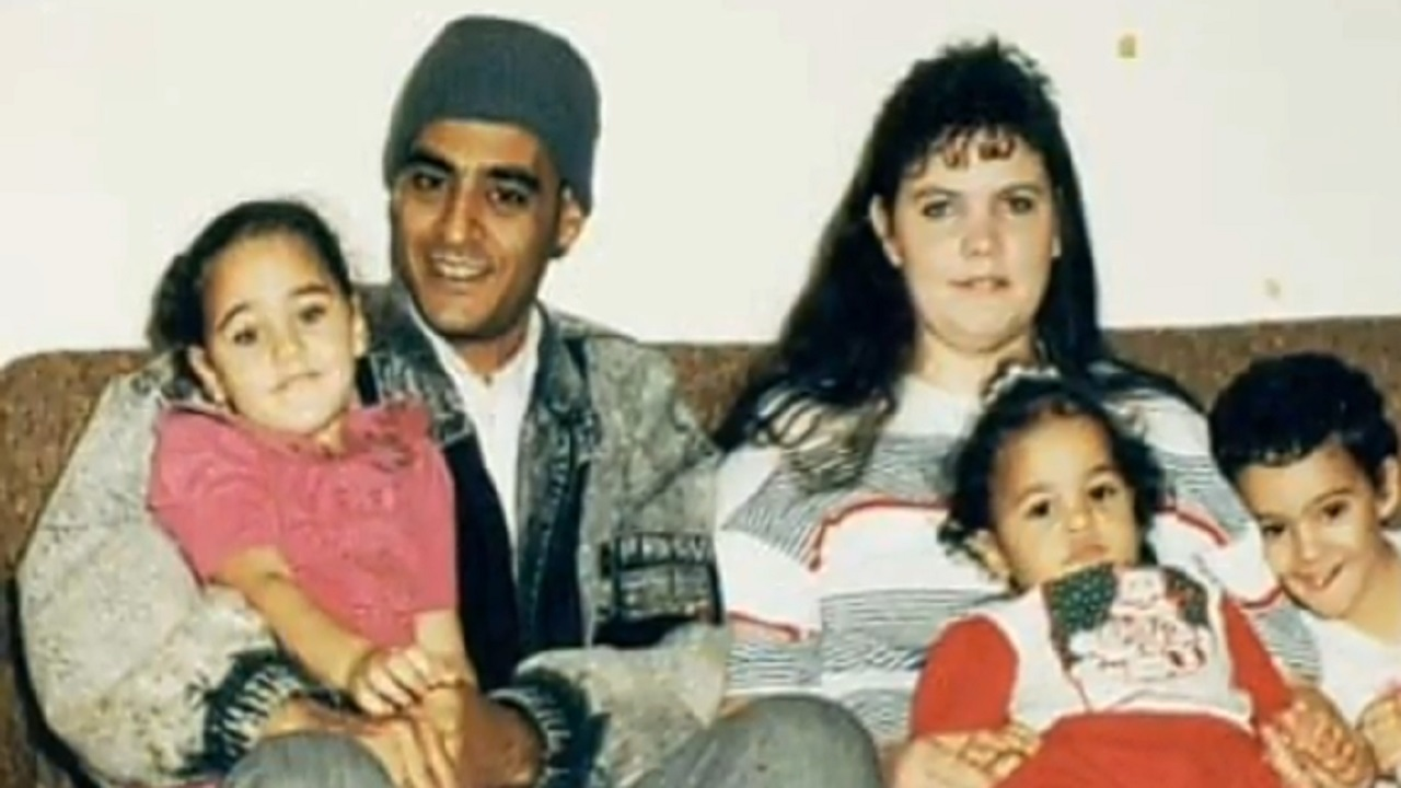 المجرم مع زوجته وأطفاله في صورة قديمة.   أرشيفية