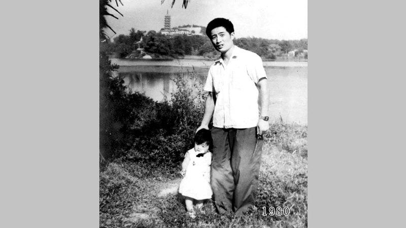الأب مع ابنته وهي في العام الأول.  أرشيفية
