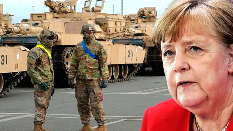 المستشارة الألمانية وخلفها جنود أميركيون يستعدون للانسحاب من بلادها.  عن المصدر