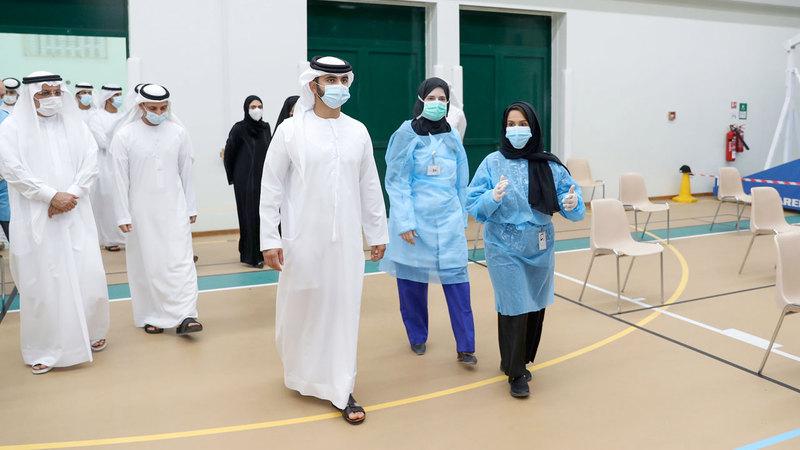منصور بن محمد زار عدداً من الفصول الدراسية للوقوف على التدابير المتخذة فيها. وام