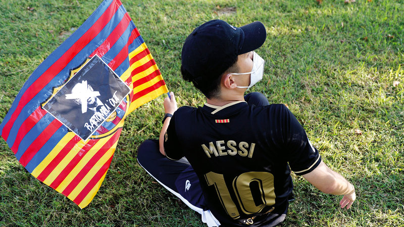 مشجع برشلوني صغير يدعم ميسي ويطالب رئيس برشلونة بارتوميو بالاستقالة. ■ رويترز