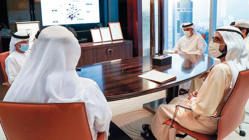 محمد بن راشد خلال اجتماعه مع فريق وزارة الطاقة والبنية التحتية. من المصدر