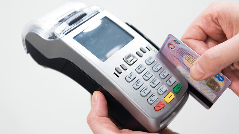 6 أنواع من التأمين على البطاقات الائتمانية يتم تسويقها مع البطاقة. تصوير: أحمد عرديتي