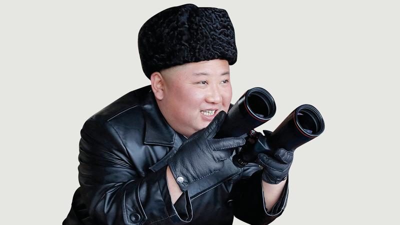 الرئيس الكوري الشمالي يشاهد تمريناً عسكرياً في موقع لم يكشف عنه. أ. ب