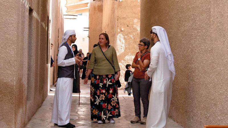 السميطي والعبيدلي اعتادا تنظيم جولات تعريفية للوفود التي تزور «هيئة المعرفة» في دبي.   من المصدر
