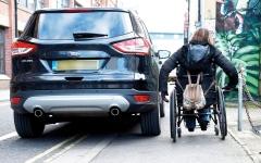 الصورة: بريطانيا تواجه وقوف السيارات على الرصيف بإجراءات رادعة