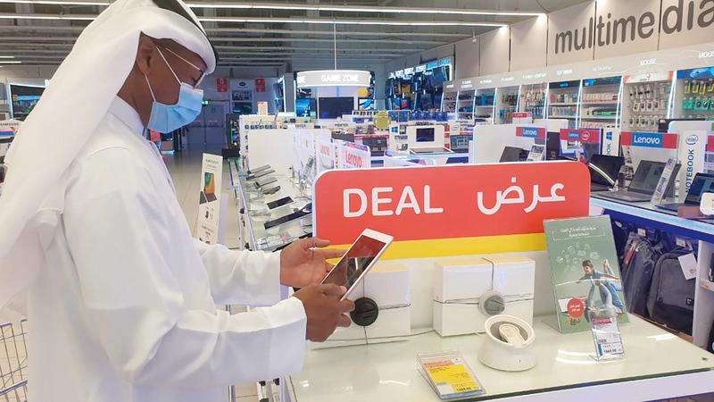 زيادة الطلب على شراء أجهزة «آي باد» و«لاب توب». تصوير: أسامة أبوغانم