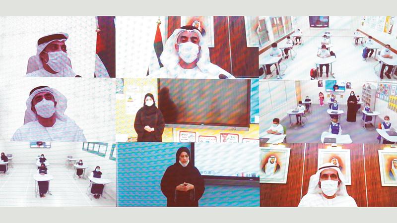محمد بن راشد خلال استضافته كوادر تعليمية وطلبة أثناء يومهم الدراسي.   وام