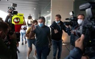 """الصورة: بالصور.. والد ميسي يصل برشلونة ويلتقي رئيس النادي خلال ساعات لبدء مفاوضات """"فك الارتباط"""""""