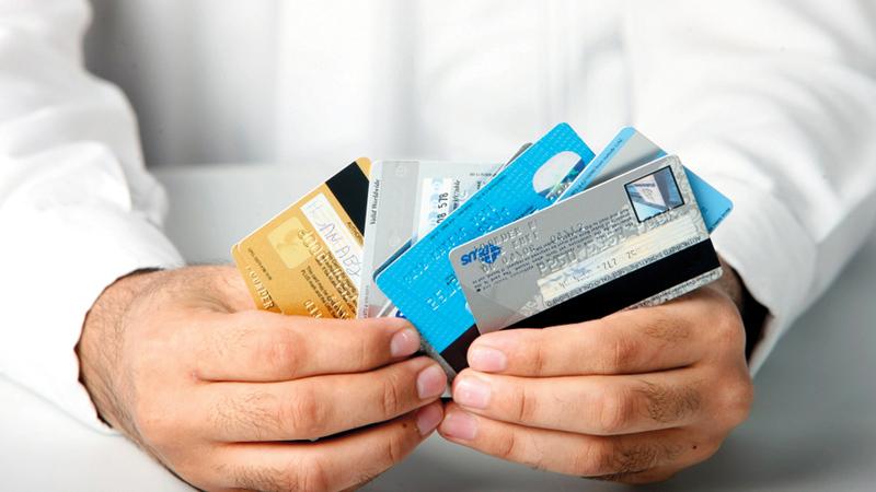 هناك أنواع مختلفة من التأمين على البطاقات يدفع المتعامل مقابلها مبالغ شهرية.   أرشيفية
