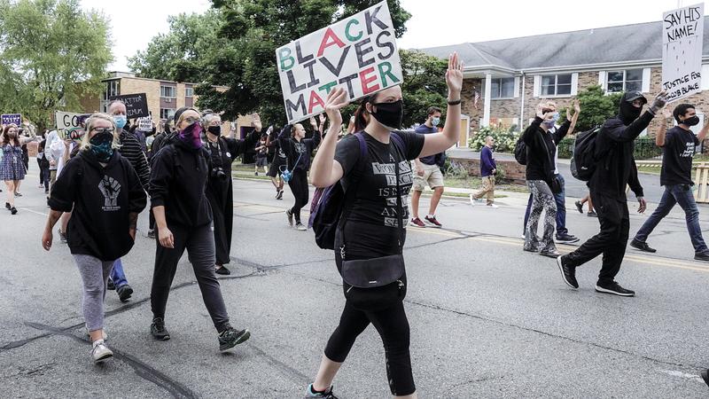 «حياة السود مهمة».. لافتة حملها المتظاهرون ضد عنف الشرطة. أي.بي.أيه