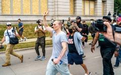 الصورة: ترامب يصف الاحتجاجات في كينوشا بأنها أعمال «إرهاب داخلي»