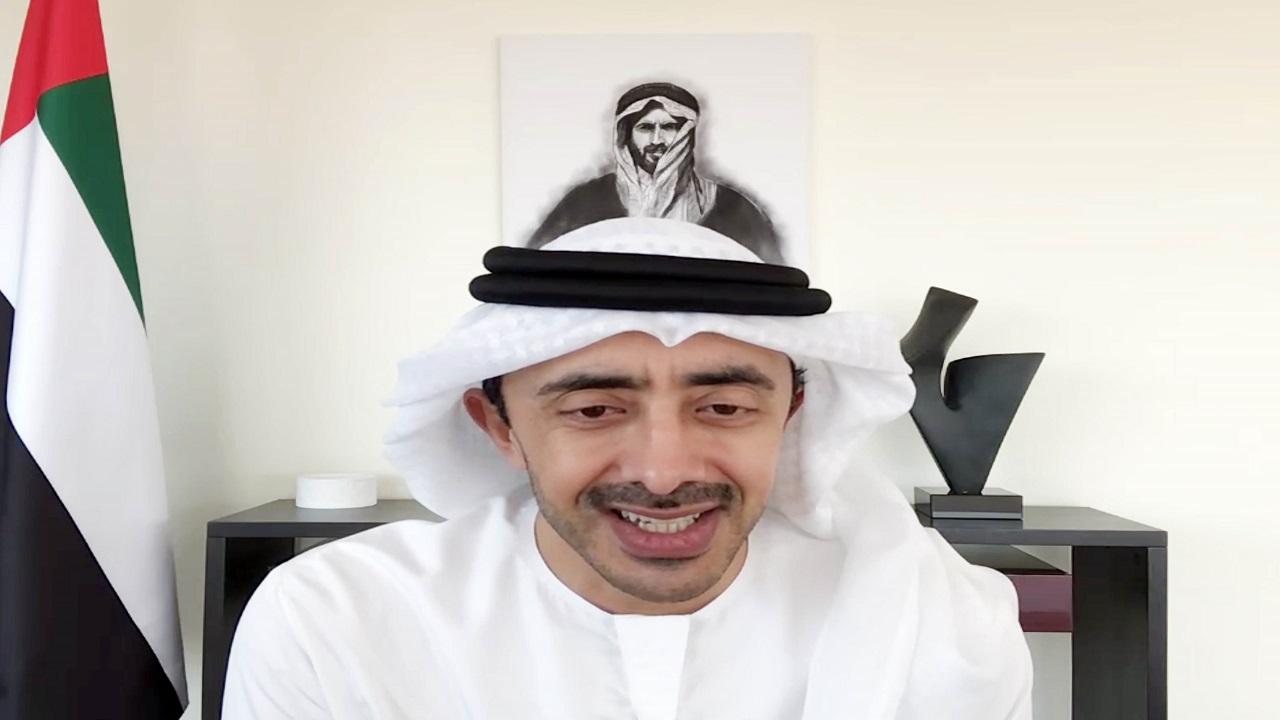 عبدالله بن زايد خلال حضوره القمة عبر تقنية الاتصال المرئي.  وام
