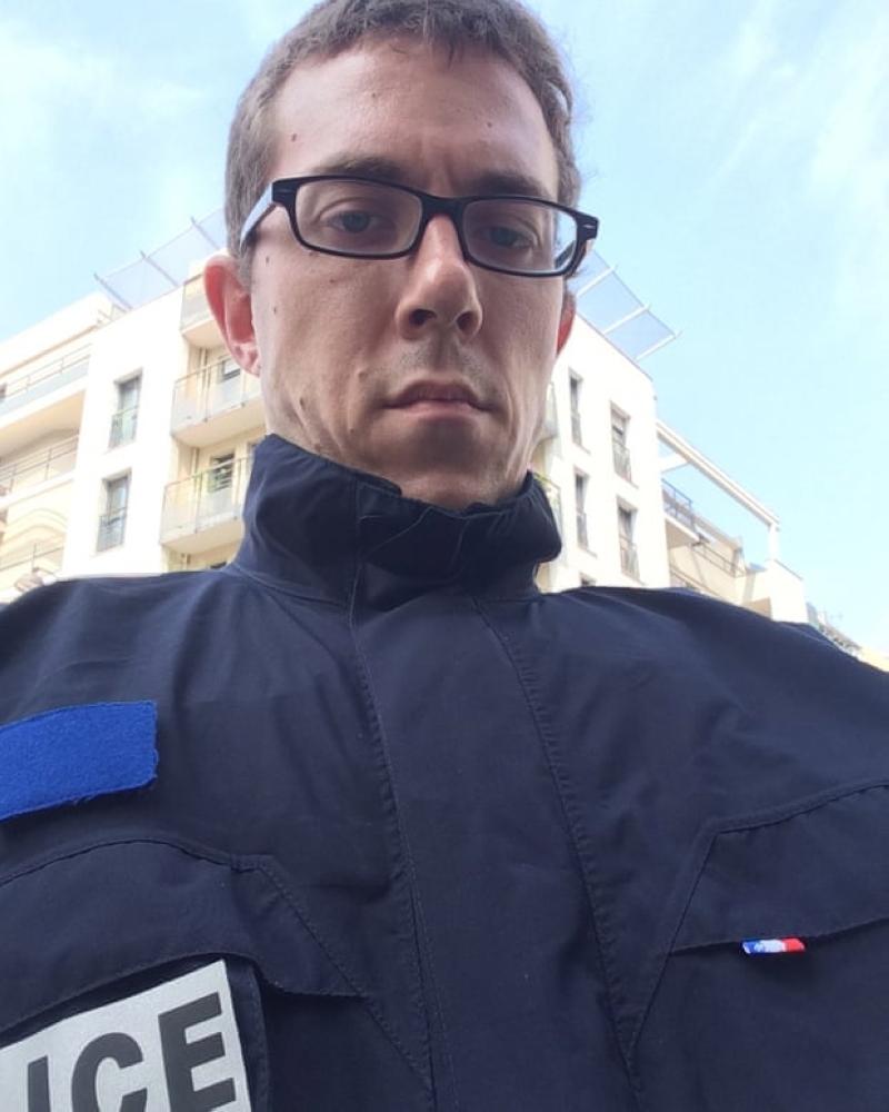 الصحافي جندروت في زي الشرطة. عن المصدر