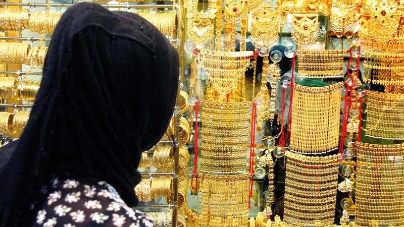 الذهب سجل انخفاضات محدودة راوحت قيمتها بين 75 فلساً ودرهم للغرام.  أرشيفية الإمارات اليوم
