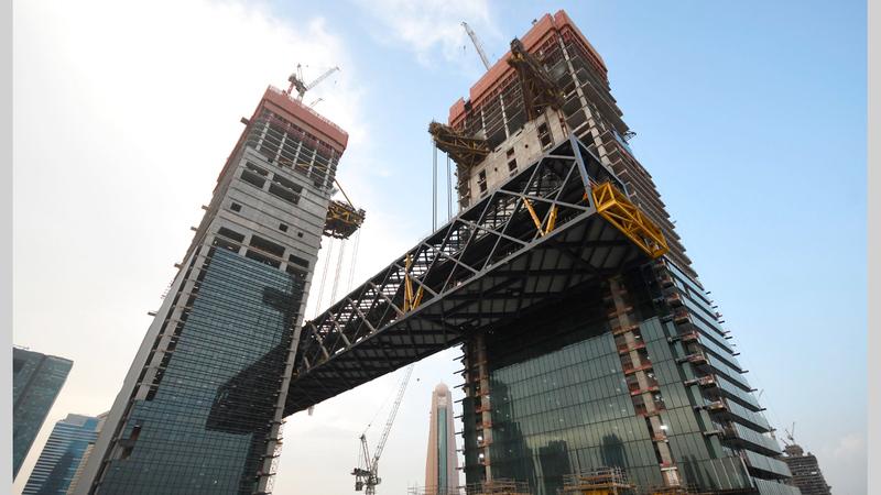 مع استقرار الجزء الأول من مبنى «ذا لينك» بموقعه النهائي سيتم رفع الجزء الثاني منه والذي يبلغ وزنه 900 طن في أكتوبر المقبل. ■وام