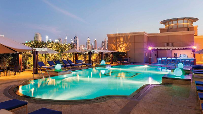 الإقامة في الفنادق تتيح الاستفادة من المرافق المختلفة بما فيها المسابح. أرشيفية