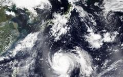 """الصورة: إجلاء أكثر من نصف مليون شخص في فيتنام مع اقتراب إعصار """"مولاف"""""""