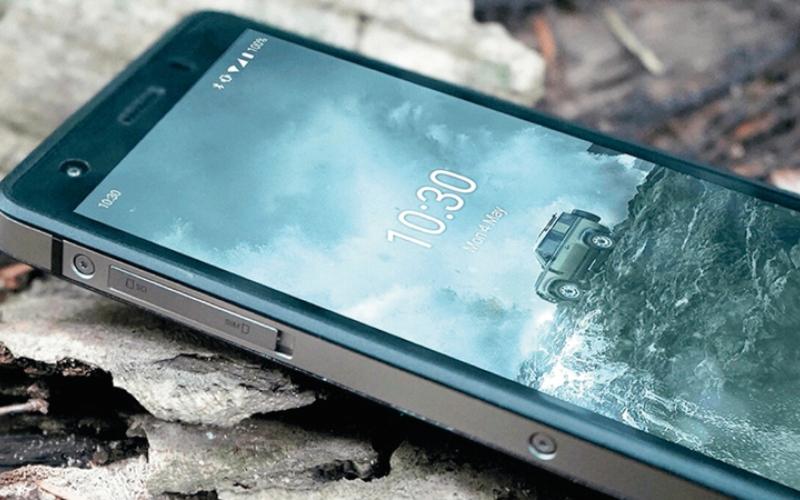 الصورة: «لاند روفر» تكشف عن هاتف للاستخدامات الشاقة