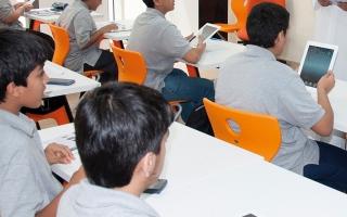 الصورة: متبرعان يسددان كلفة أجهزة لوحية لـ 620 طالباً ضمن حملة «سندكم»