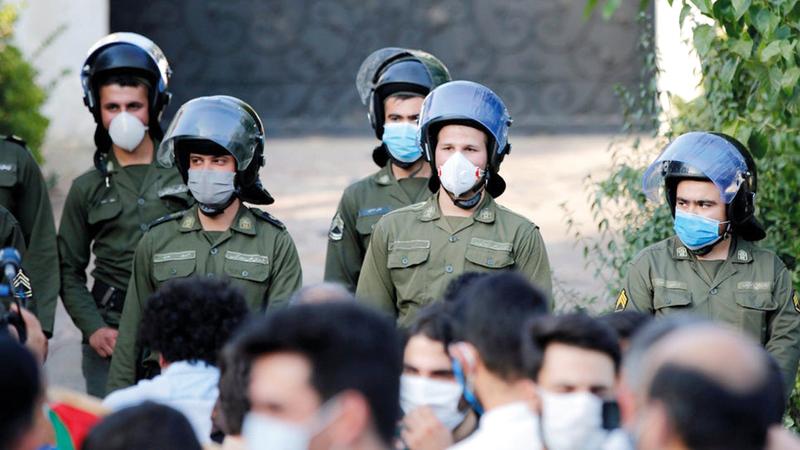 شرطة مكافحة الشغب الإيرانية تنتشر في الشوارع.   من المصدر