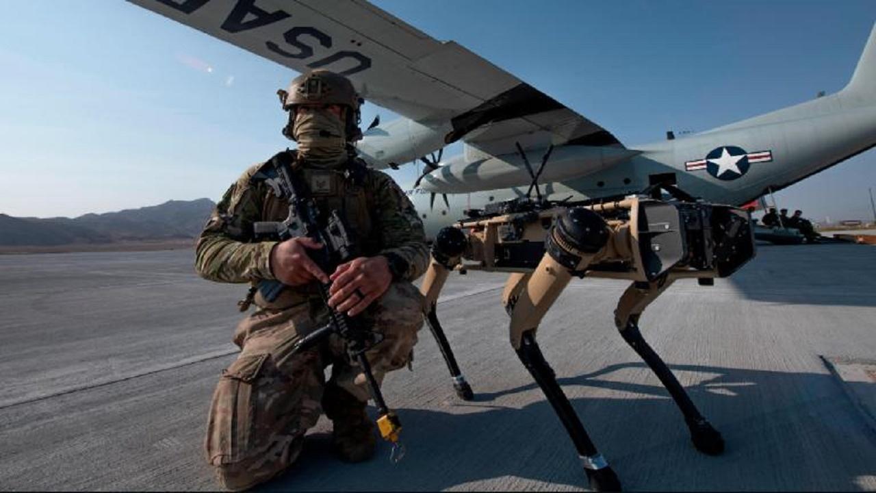 كلب إليكتروني خلال استخدامه في حماية قاعدة جوية.   من المصدر