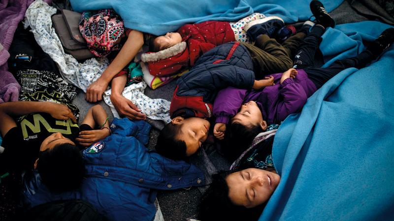 معاناة الأطفال تزايدت جراء التشرّد الإضافي بعد حريق مخيّمهم.   أ.ف.ب