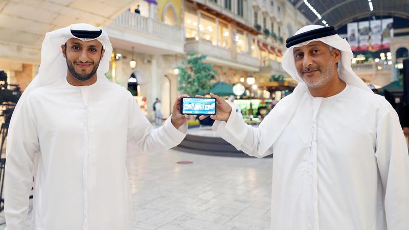محمد حارب وهزيم القمزي يستعرضان تطبيق «تحدي دبي فيرشيوال ريغاتا إن شور».   من المصدر