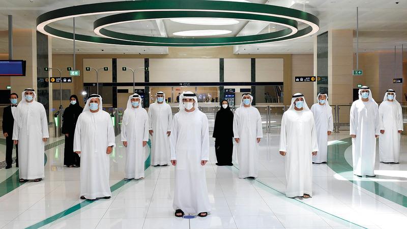 حمدان بن محمد التقى عدداً من المهندسين والمهندسات الذين أشرفوا على تنفيذ مسار 2020. من المصدر