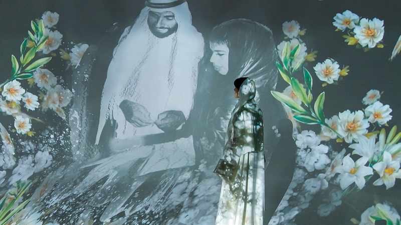 استخدم معرض «المبروكة» تقنية نظام التفاعل البصري لمختلف اللوحات الفنية.   من المصدر